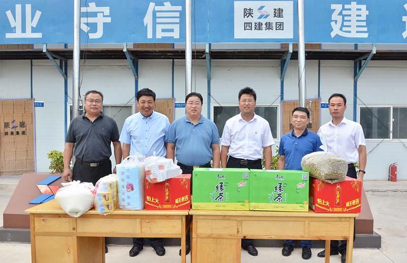华山风景区管委会主任马耀峰一行到陕建四建集团华山医养中心项目一线
